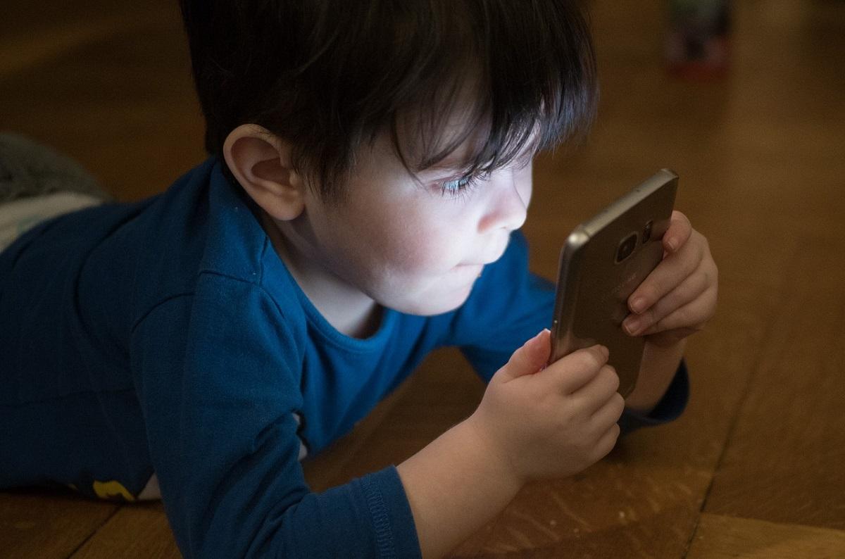 Niño pequeño con móvil